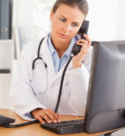 Doutora  atendendo uma chamada telefónica .